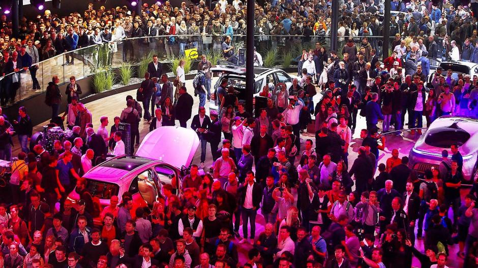 Ein gewohntes Bild auf der IAA: Besucher bevölkern die Messehallen in Frankfurt.