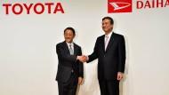 Toyota-Chef Akio Toyoda (l) mit Daihatsu-Chef Masanori Mitsui