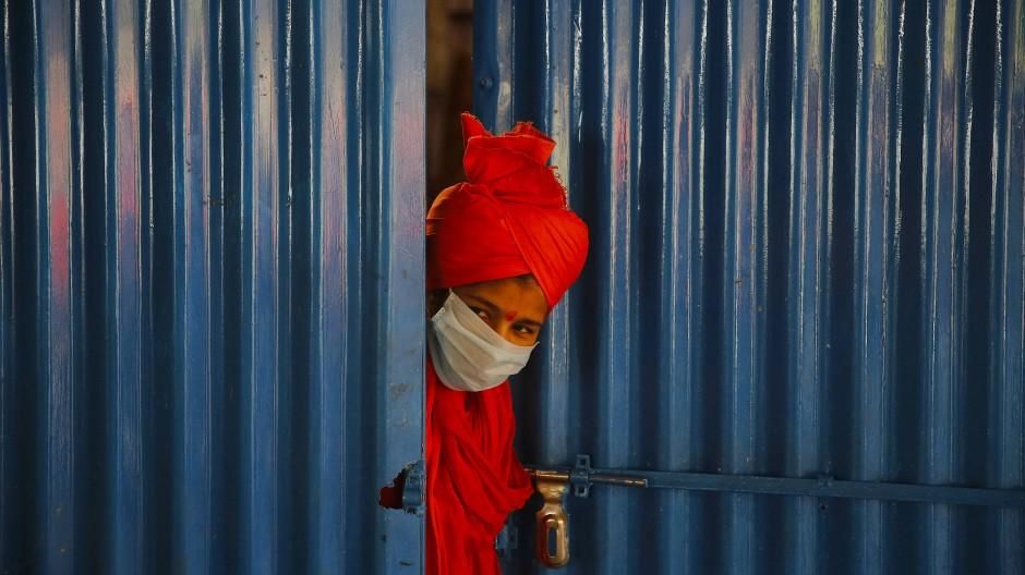 In Indien wird viel Hilfe benötigt: Ausgabestelle in Prayagraj für Lebensmittel an Obdachlose und Wanderarbeiter.