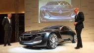 Karl-Thomas Neumann (rechts) präsentiert den Opel Monza auf der Internationalen Automobilausstellung (IAA)