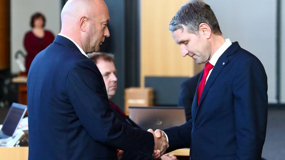 """Unverzeihlich? Björn Höcke (AfD, rechts) gratuliert """"seinem"""" Ministerpräsidenten Thomas Kemmerich (FDP) am 5. Februar 2020 zur Wahl."""