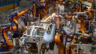 Kommt bald die menschenleere Fabrik? Im Zwickauer VW-Werk übernehmen Roboter große Teile der Arbeit.