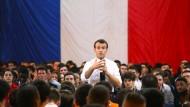 """Präsident Macron redet - und die anderen hören zu. Der französische Präsident bei einer Veranstaltung in Etang-sur-Arroux im Rahmen der """"nationalen Bürgerdebatte""""."""
