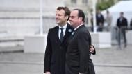 Der Neue und der Alte: Emmanuel Macron mit François Hollande bei einer Feierlichkeit am Montag in Paris