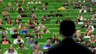 Professoren als Verlautbarer: häufig verkaufen sie nur noch Wissensware aus dem Pressereferat