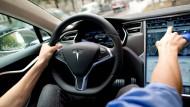 Blick ins Cockpit eines Tesla Model S