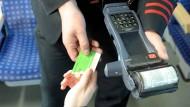 Bald nicht mehr nötig: Fahrkartenkontrolle im Zug