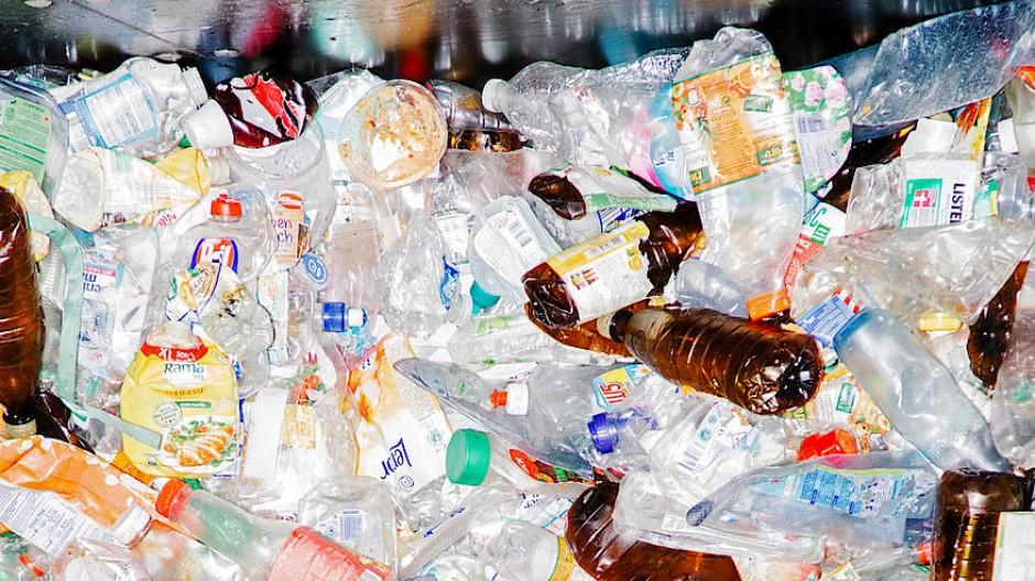 Plastikflaschen aller Sorten, Farben und Größen