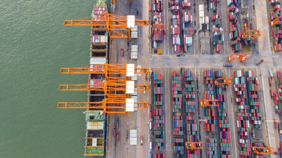 Container stehen an einem Hafen im chinesischen Qinzhou.
