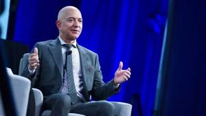 Mit einer Guillotine gegen Jeff Bezos