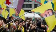 Trotz Verbot: Rund 20.000 PKK-Anhänger demonstrieren hier in Frankfurt gegen die Politik Erdogans und schwenken dabei Plakate und Fahnen mit dem Abbild von Führer Abdullah Öcalan.