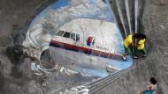 Ein Trauer-Gemälde zu Ehren der Opfer von Flug MH 370: Jetzt beginnen die Anwälte für den Schadenersatz für die Opferfamilien zu kämpfen.