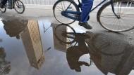 Elekroradler verhalten sich gegenüber den Muskelkraftradlern durchaus ungebührlich. Da kommt eine gewisse Schadenfreude auf, wenn ein Elektroradler liegenbleibt.