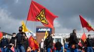 Beschäftigte des Airbus-Werkes in Finkenwerder protestieren gegen die geplante Umstrukturierung