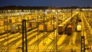 Güterwaggons stehen zur blauen Stunde auf dem Güterbahnhof Maschen.