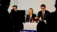 """Meike Schlecker (M.) trat auf der ersten Pressekonferenz des Unternehmens seit 1990 Gerüchten entgegen, die Familie habe Geld zur Seite geschafft. """"Das ist falsch"""", sagte sie am Montag im Schlecker-Hauptquartier im schwäbischen Ehingen."""