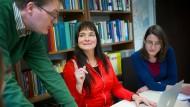 Zufrieden: Monika Wingender (Mitte) hält die Zusammenlegung kleiner Fäche für einen Fortschritt - zumindest in ihrem Fall.