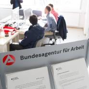 In einigen Erstaufnahmestellen baute die  Agentur für Arbeit eigene Büros auf. Trotzdem ist ein großer Teil der Flüchtlinge noch arbeitssuchend.