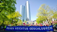 Mehr Geld und keine Kündigungen, das verlangen die Mitarbeiter der Postbank von Noch-Eigentümer, der Deutschen Bank.