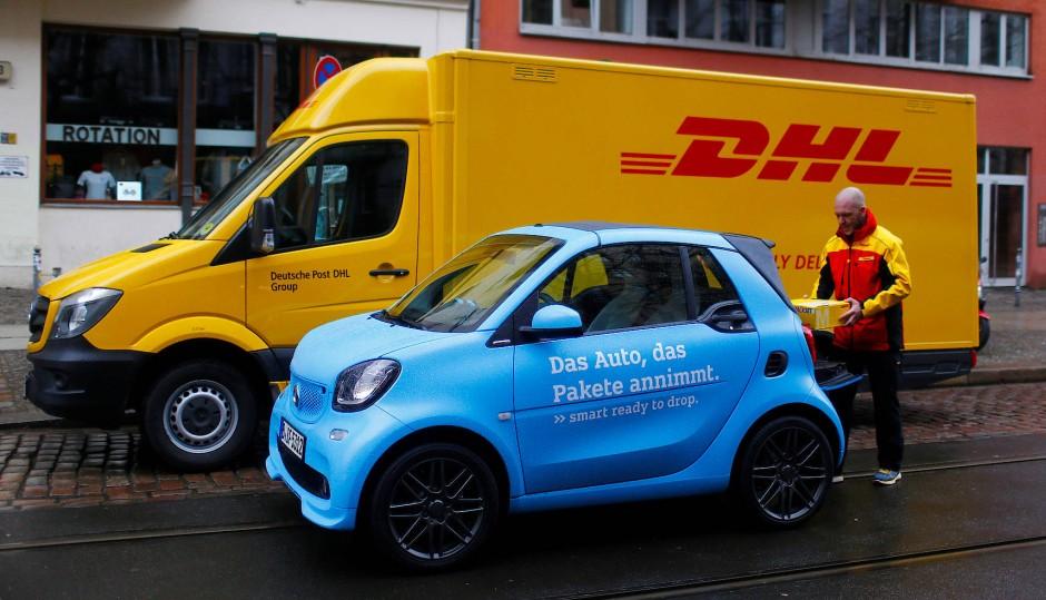 """Sieht man vermehrt in Deutschlands Straßen: DHL-Lieferanten. Der Versandhandel profitiert vom """"Online-Boom""""."""