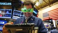 Das neue Jahr im Blick: Ein New Yorker Börsenhändler strahlt Zuversicht aus.