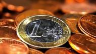 Heute vor 25 Jahren unterzeichneten Vertreter von 12 EU-Ländern den Maastrichter Vertrag und brachten damit den Euro auf den Weg.