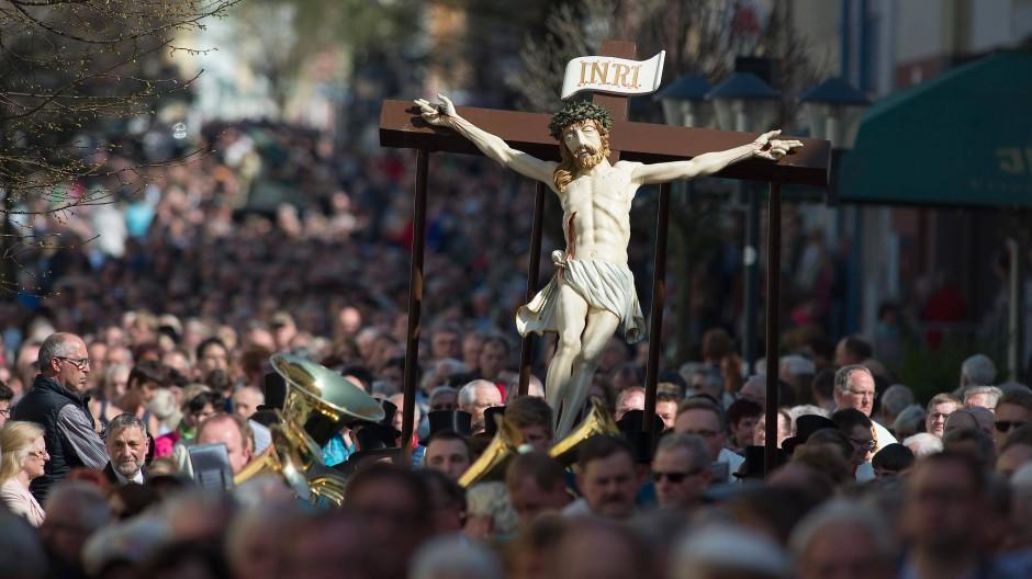 Katholische Gläubige während einer Prozession: Wir Christen glauben an die Auferstehung nach dem Tod.