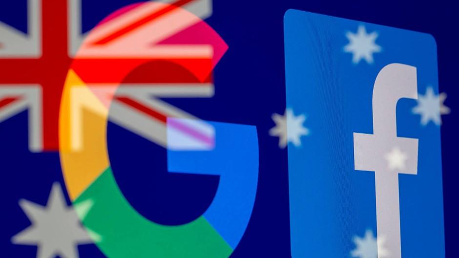 Die Logos von Google und Facebook vor der australischen Flagge