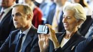 IWF-Chefin Christine Lagarde während der Feierstunden in der Bank of England neben dem britischen Notenbankchef Mark Carney.