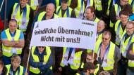 Grammer-Mitarbeiter protestieren auf dem Werksgelände in Kümmersbruck nahe Amberg.