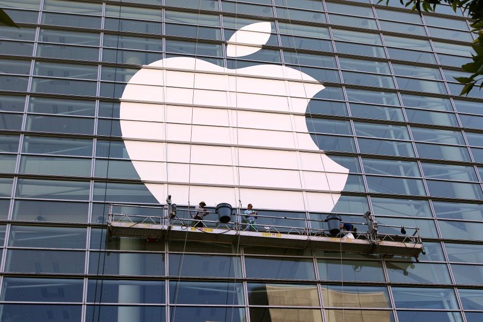 Arbeiter in San Francisco kleben das Apple-Logo an die Fasse des Moscone Centers
