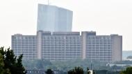Der Neubau der EZB überragt die Zentrale der Bundesbank in Frankfurt.