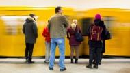 Nach 28 Stunden schon wieder nach Hause? Warten auf die U-Bahn in Berlin