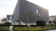 Eigentümlich skulptural, raumgreifend und doch dezent: Das Haus wird nach Um- und Ausbau von der Holzverschalung geprägt.