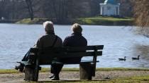 Ein älteres Paar sitzt in der Karlsaue in Kassel