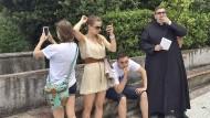 Vorsicht Kamera: Touristen an der Villa d'Este in Italien