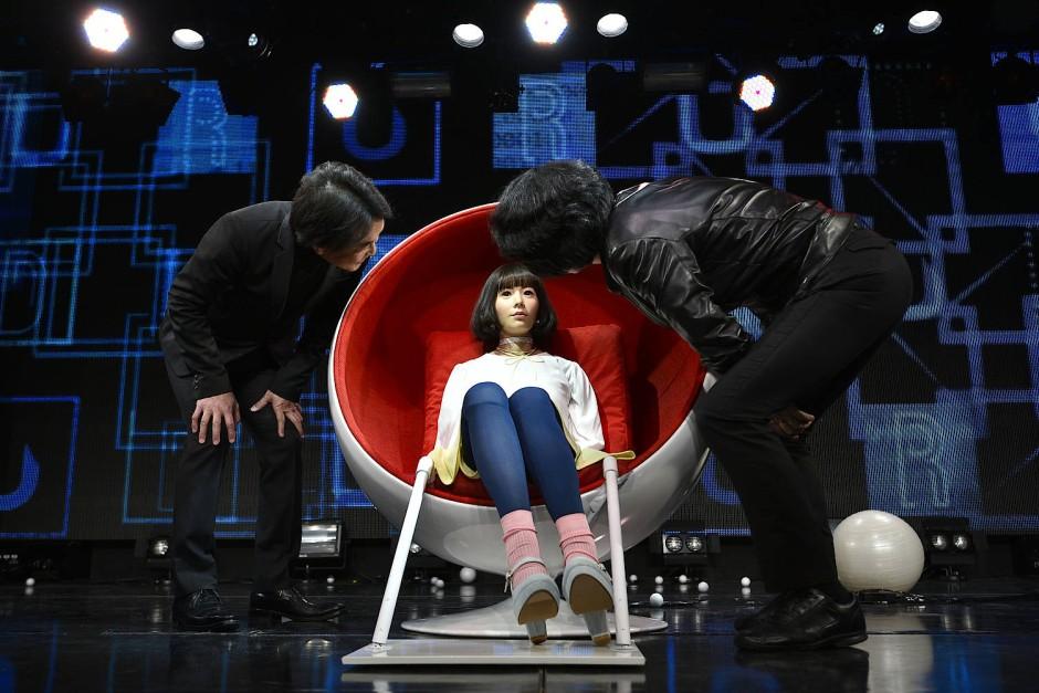 Ishiguro, der bekannteste Roboterforscher der Welt, auf der Bühne mit einem von ihm gebauten Androiden