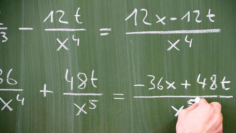 """Wie wahr: """"Wenn man komplizierte Gleichungen immer weiter vereinfacht, dann kann man sie irgendwann lösen. Oder auch nicht"""", so schreibt uns ein Leser."""