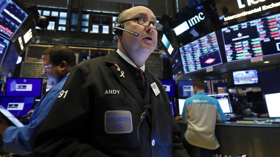 New York: Der Händler Andrew Silverman spricht während seiner Arbeit auf dem Parkett der Börse in ein Headset.