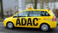 Der Pannen- und Unfallhilfe-Dienst der ADAC-Plus-Mitgliedschaft wird nun als Versicherungsleistung gesehen.