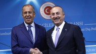 Russlands Außenminister Sergej Lawrow (links) schüttelt dem türkischen Außenminister Mevlüt Cavusoglu am Dienstag in Ankara die Hand.