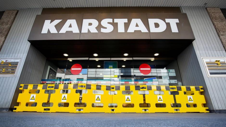 Geschlossener Eingang einer Karstadt-Filiale in Düsseldorf
