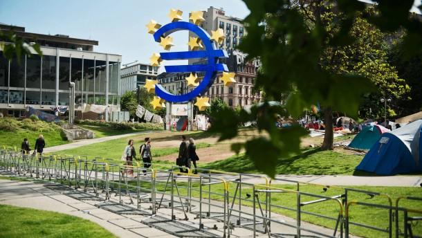 Occupy - Weil die Polizei wegen drohender Ausschreitungen während der Blockupy-Demonstrationen eine Schutzzone um die EZB errichten will, werden dort Absperrmaßnahmen aufgebaut.
