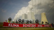Schon vor dem offiziellen Start der Klimakonferenz demonstrierten Menschen am Freitag vor den Kohlekraftwerk in Grevenbroich gegen die schmutzige Energie.