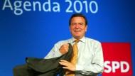 """Schröder im Frühjahr 2003 auf einer Regionalkonferenz: Wenige Wochen vorher hatte er den Kurswechsel """"Agenda 2010"""" mit einer Rede vor dem Bundestag eingeleitet."""