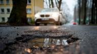 Schlaglöcher im Asphalt: Die öffentliche Infrastruktur braucht Investitionen.