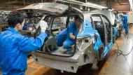 In der Volkswagen-Fabrik in Anting in der Nähe von Schanghai prüfen Mitarbeiter einen Tiguan.