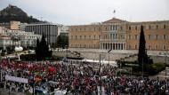 Demonstranten am Sonntagvormittag vor dem Parlamentsgebäude in Athen