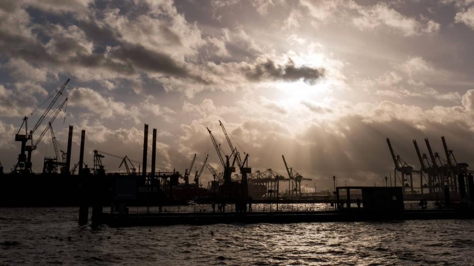Hafenanlagen in Hamburg: Die deutsche Wirtschaft hat die Corona-Krise schwer getroffen.