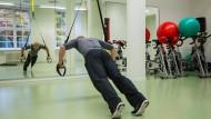 In der Rückenschule: Manche Arbeitnehmer versuchen, dem Rückenleiden gezielt vorzubeugen. Nicht immer klappt's.